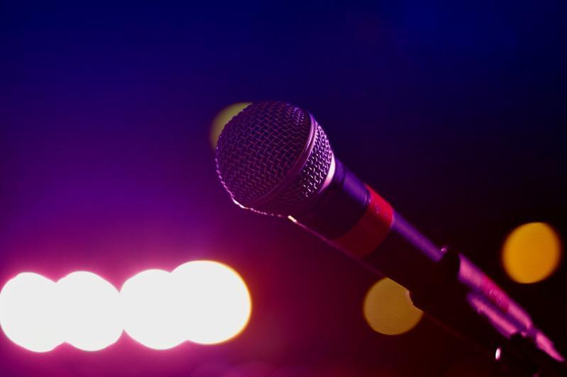 Өнер адамдары онлайн концерт беріп, дәріс өткізуде
