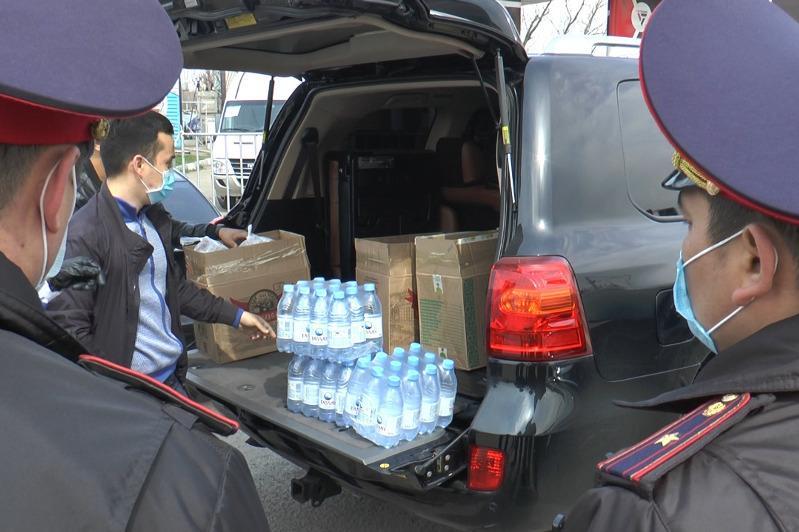 Алматылық жастар блокбекетте тұрған барлық қызметкерлерге дастархан жайды