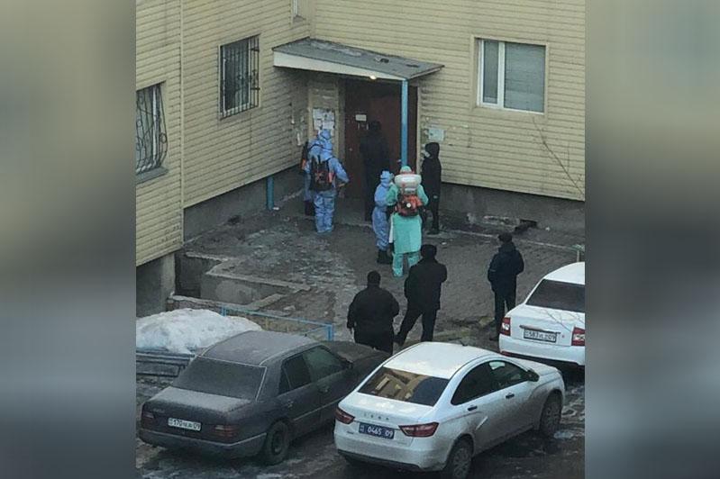 Подъезд в многоэтажном доме закрыли на карантин в Караганде