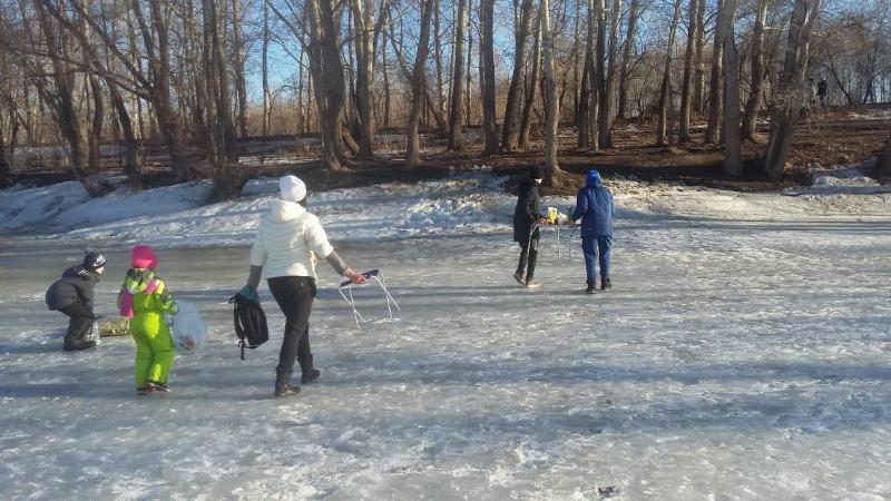 Пикник с детьми на льду реки устроили павлодарцы