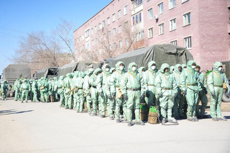 Военнослужащие дезинфицируют улицы и социальные объекты Семея