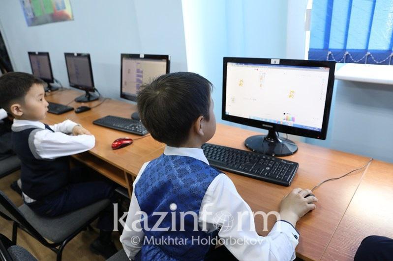 Компьютеры и планшеты начали раздавать школьникам в Карагандинской области