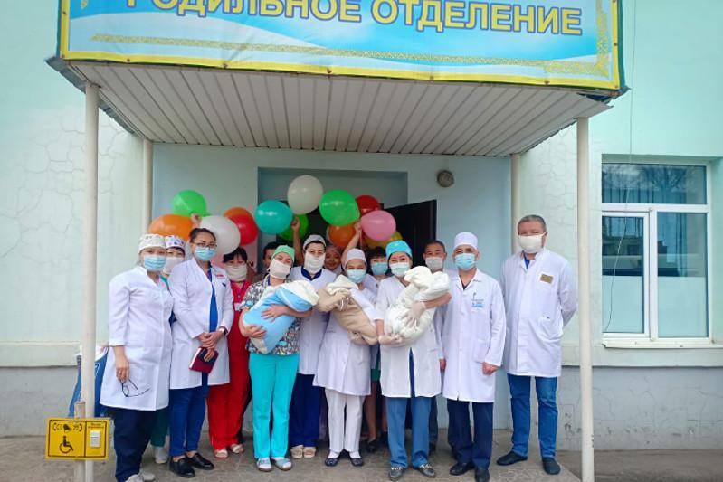 Алматы облысында биыл дүниеге келген алғашқы үшем үйіне шықты