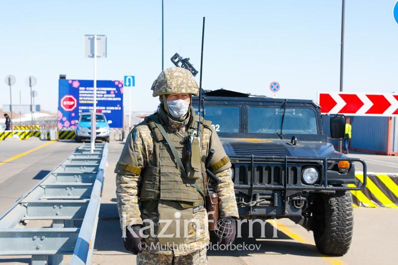 Как военнослужащие несут службу на блокпостах в Нур-Султане