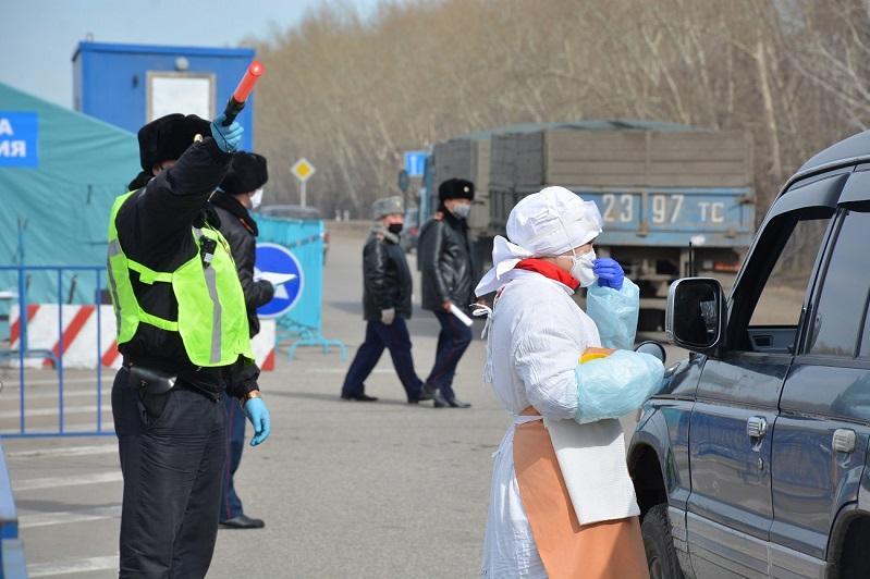 Измеряют температуру и проводят опрос на блокпостах в Петропавловске