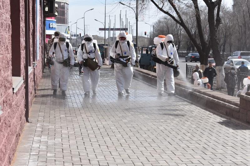 首都军区化学部队为卡拉干达市进行消毒作业