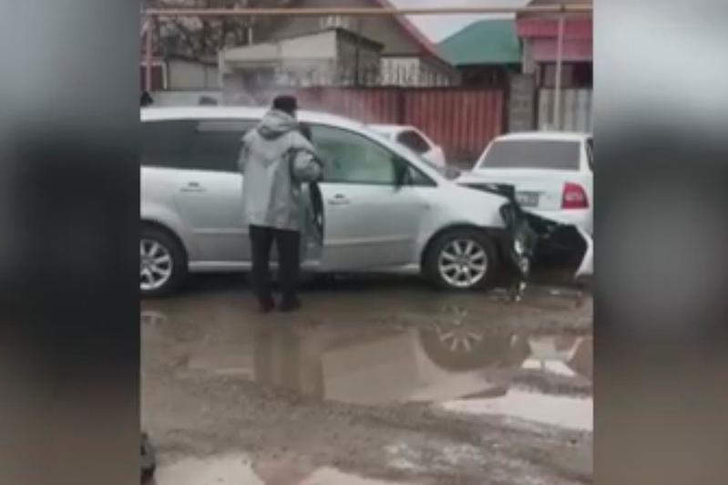 Автомобиль протаранил блокпост в Алматы: в каком состоянии пострадавший полицейский