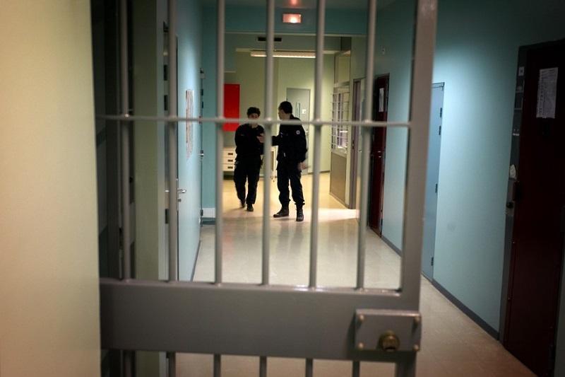 Более 6 тысяч заключенных освободили из-за коронавируса во Франции
