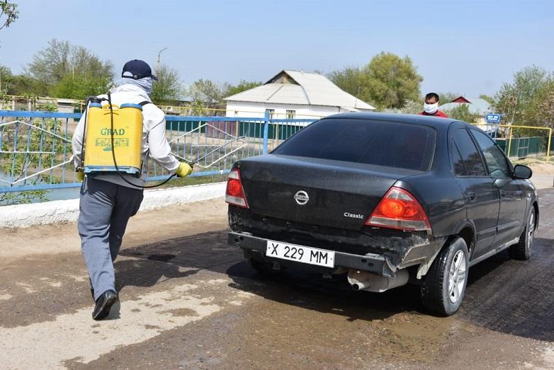 Сельские волонтеры занялись дезинфекцией транспорта в Туркестанской области