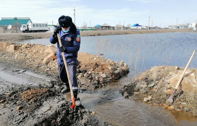 Откачивают талые воды и очищают русла рек спасатели СКО