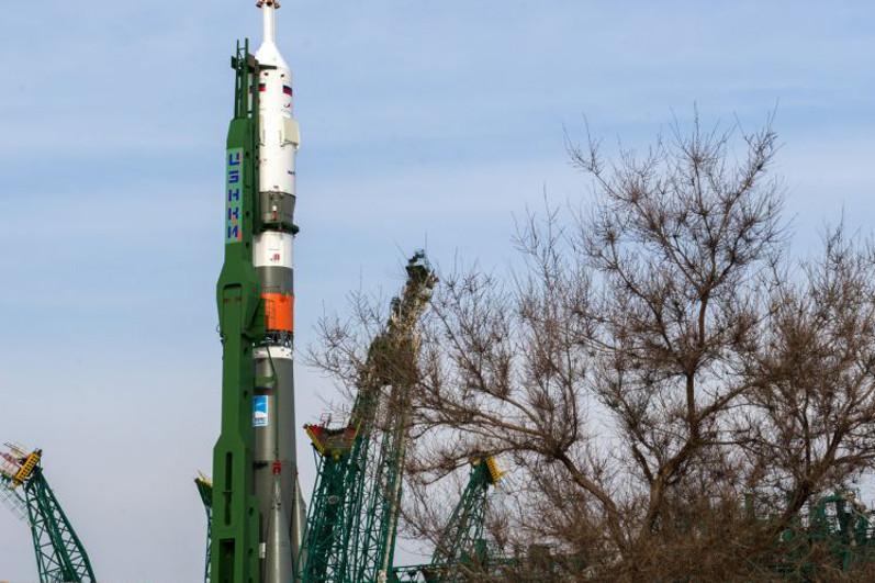 Ракета «Союз-2.1а» с кораблем «Союз МС-16» установлена на стартовом комплексе Байконура