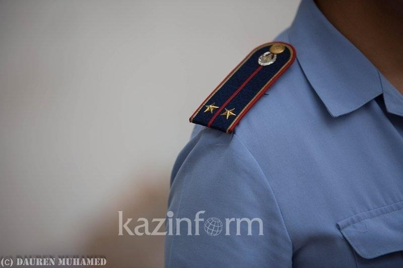 Пьяная парочка напала на полицейского в Алматы