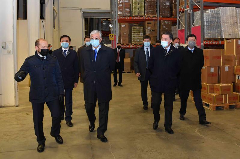 托卡耶夫总统对食品运输中心进行工作视察