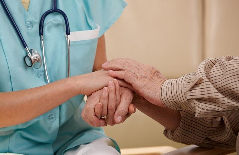 世卫组织:全球护理从业人员达2790万 仍面临短缺