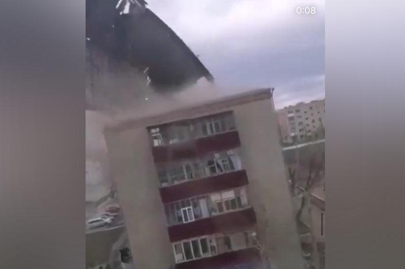 Сильный ветер сорвал крыши с более чем 160 зданий в Казахстане