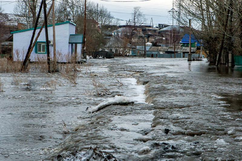 Паводок в СКО: на малых реках взрывают и дробят лед