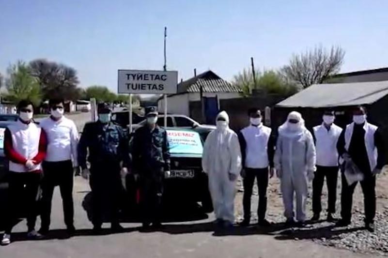 Волонтеры помогают туркестанским полицейским выявлять нарушителей режима ЧП