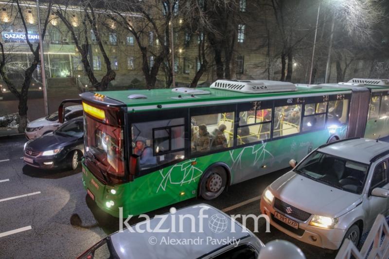 Алматыда полиция қоғамдық көліктердегі жолаушыларды тексеріп жатыр