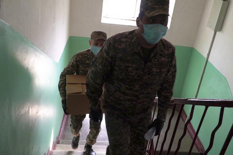#Bizbirgemiz: Алматылық әскери қызметшілер майдангерлер мен тұрмысы төмен отбасыларға көмектесті