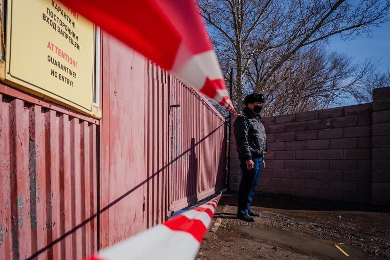 Подъезд жилого дома в Семее закрыли на карантин