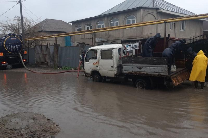 В Алматы из-за дождя подтопило улицы и дворы