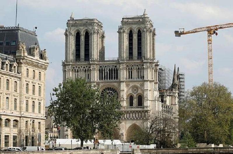 Год после пожара в Нотр-Дам де Пари: восстановление собора приостановлено из-за коронавируса