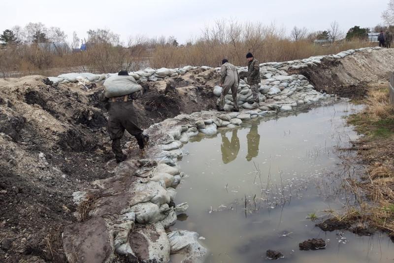 Военнослужащие защищают села от паводка в СКО