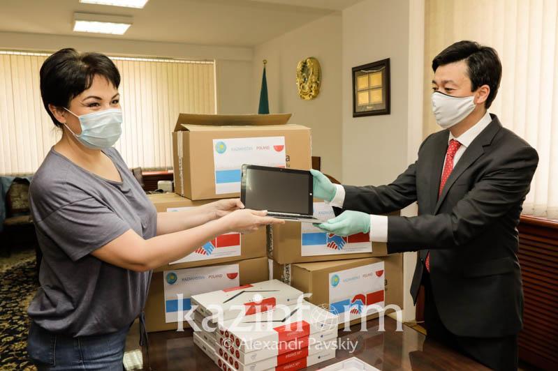 Маски и ноутбуки: гуманитарную помощь из Польши передали фонду Аружан Саин