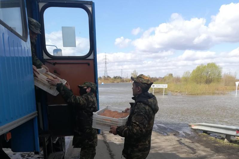 Паводок: на высокопроходимой технике доставляют продукты в микрорайон Петропавловска