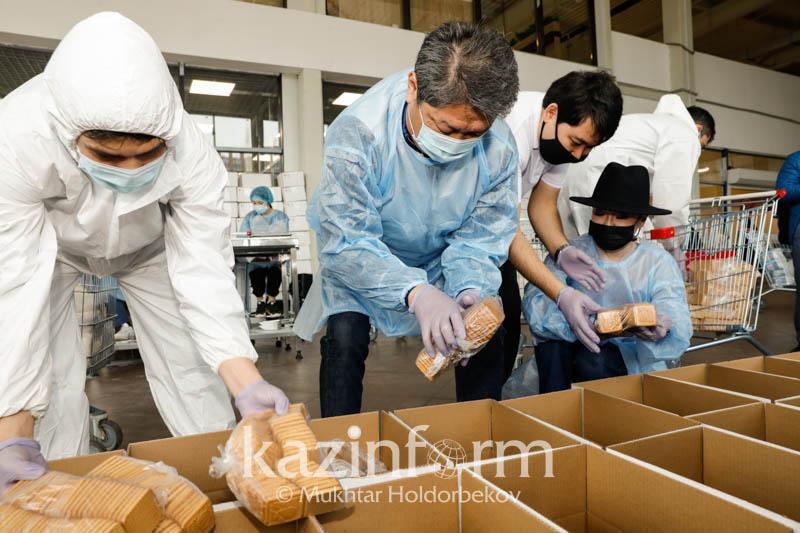 Звезды шоу-бизнеса участвовали в подготовке продовольственных корзин для нуждающихся в столице