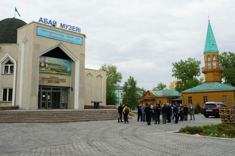 Памятник Абая в окружении сыновей хотят установить в Семее