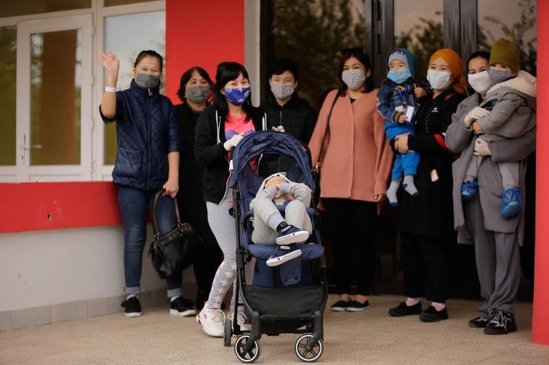 Мамы с особенными детьми прилетели спецбортом из столицы в Атырау