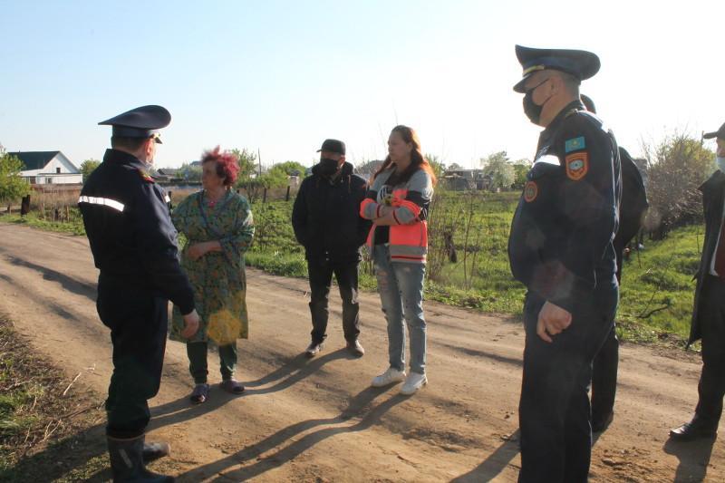 В Павлодарской области дома сельчан обложили мешками с песком на случай паводка