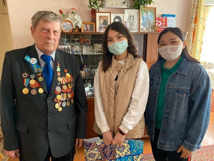 Продуктовые корзины ветеранам ВОВ вручили карагандинские волонтёры