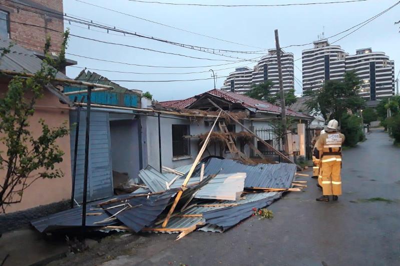 В Шымкенте ликвидированы последствия сильного ветра