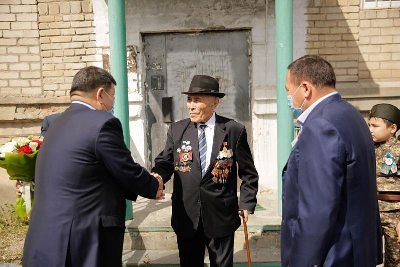 Поздравление под звуки оркестра во дворах домов ветеранов организовали в Атырау