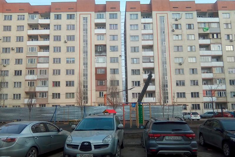 Накренившуюся многоэтажку выровняли в Алматы