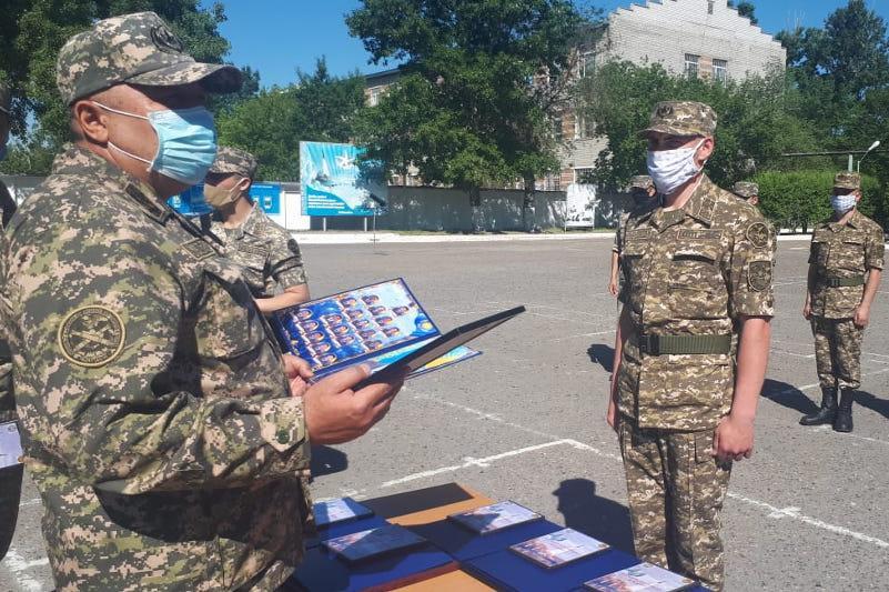 Свыше тысячи военнослужащих уволены в запас в ВКО