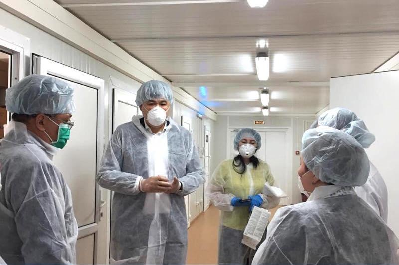 卫生部长探望在医院接受治疗的新冠患者