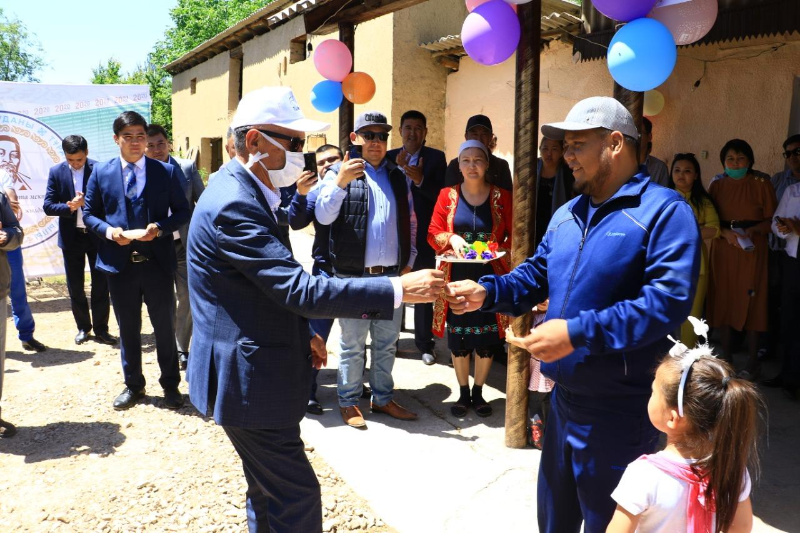 Выпускники подарили дом многодетной семье в Туркестанской области