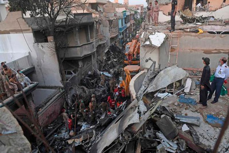 Два человека из 98 выжили после крушения самолета в Пакистане