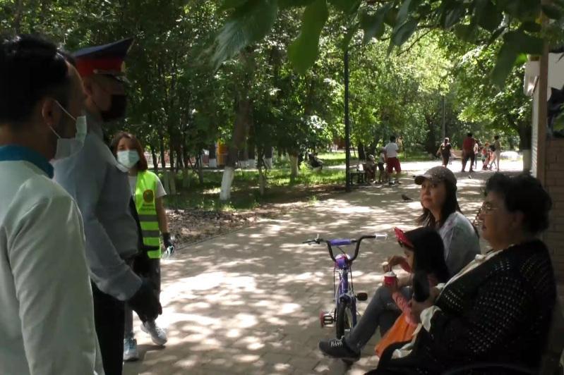 Елорда полицейлері карантин талаптарын еске салып, халыққа маска таратып жүр