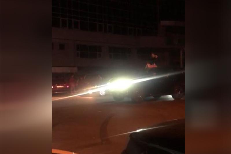 Екі қызды Lexus төбесіне отырғызып серуендеген жігіт 7 жылға көлік жүргізу құқығынан айырылды