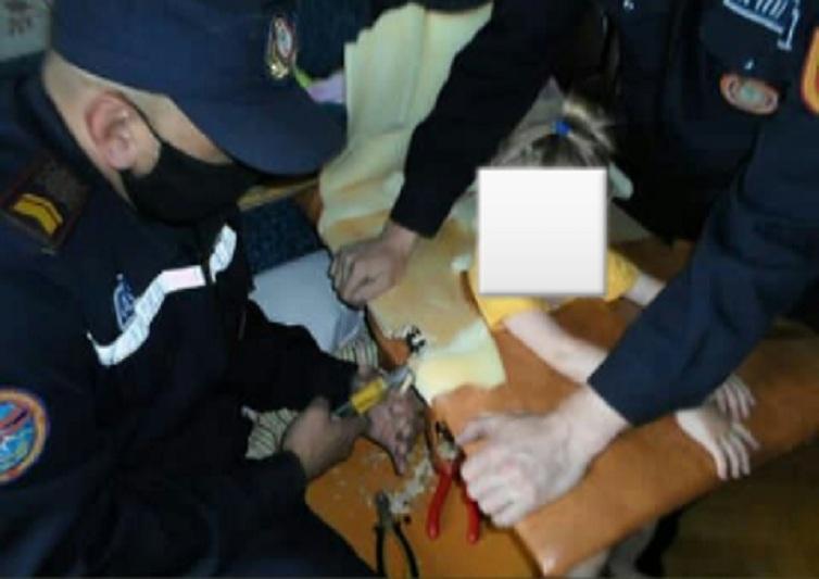 Трехлетний ребёнок застрял в массажной кушетке в Семее