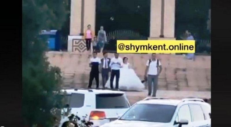 Молодожены во время карантина устроили видеосессию у дендропарка в Шымкенте
