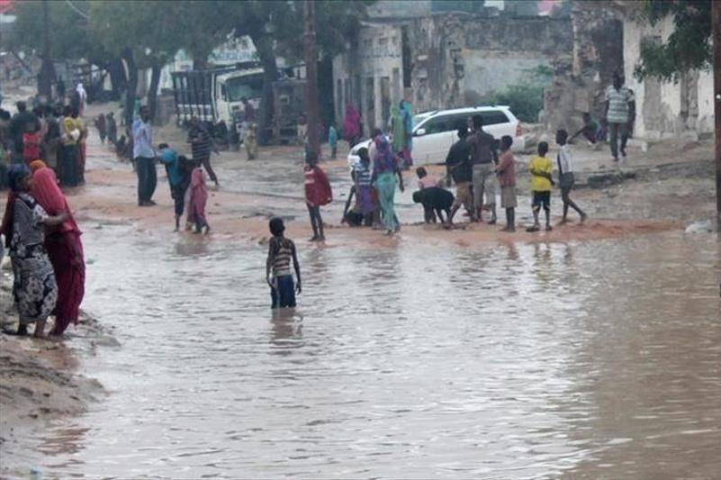 Floods kill 285 in Kenya, thousands displaced