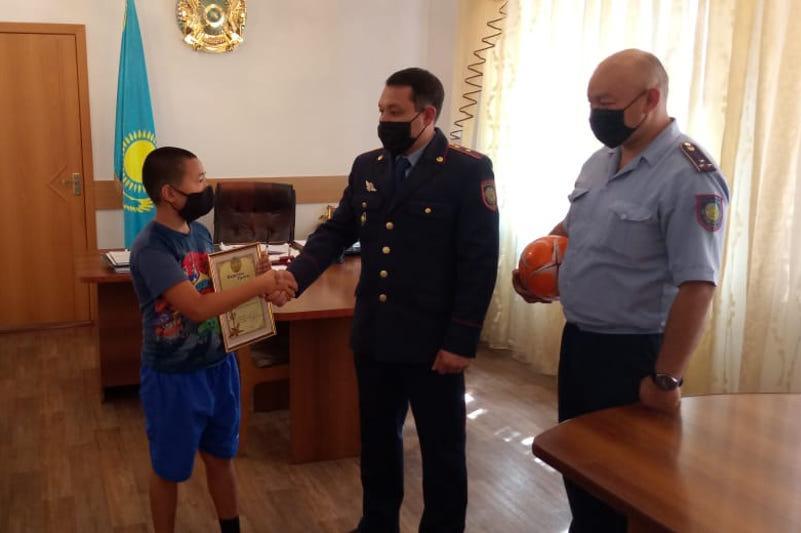 Полицейские наградили ребёнка за помощь в Павлодарской области