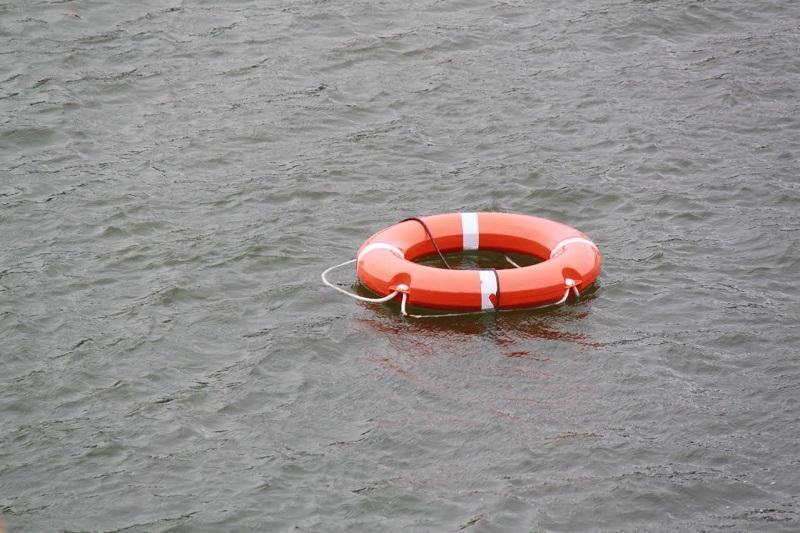 В Атырауской области врачи реанимировали упавшего в реку малыша