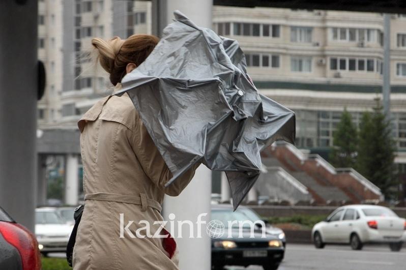 Сильный ветер, гроза: шторм ожидается в двух регионах Казахстана