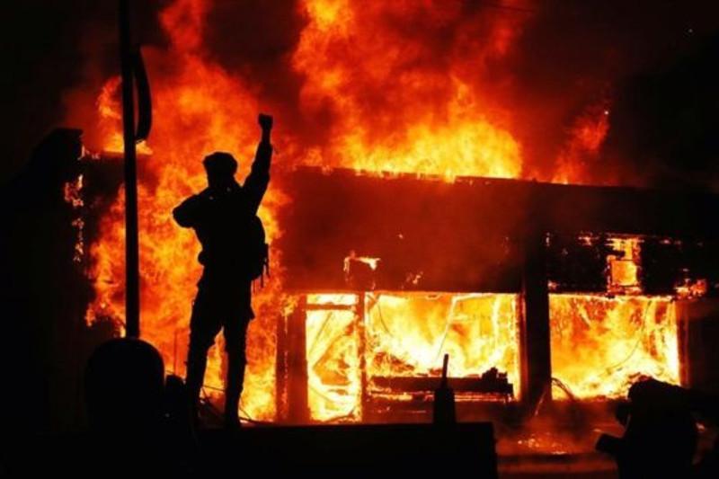 В городах США вводят комендантский час после беспорядков